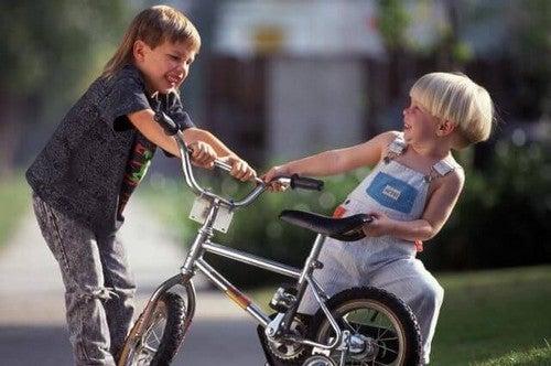 Ataki przemocy rówieśników - jak powinno reagować Twoje dziecko?