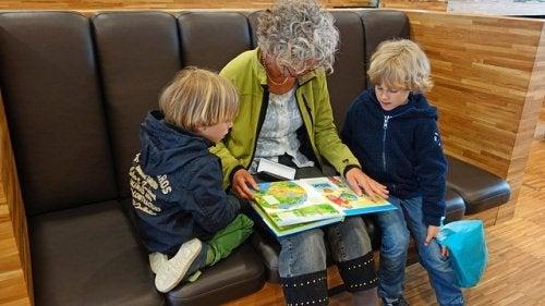 Dziadkowie mogą podzielić się wiedzą którą gromadzili przez całe swoje.