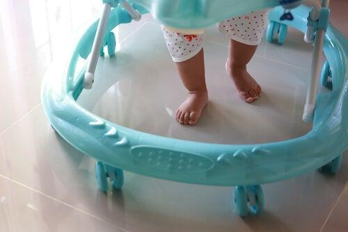 Chodzik – wróg pierwszych kroków dziecka?