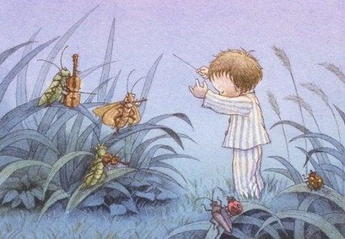 Dzieci budzą się w nocy - chłopiec w piżamie na polu