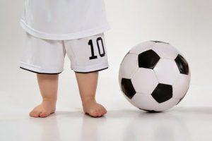 Dzieci chodzące boso - chłopiec i piłka nożna