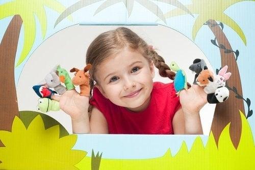 Dziewczynka z pacynkami na palcach