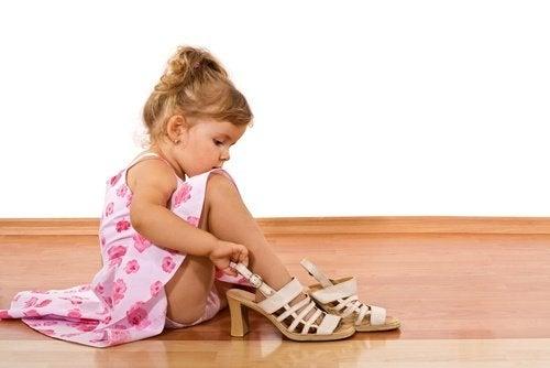 Córka przymierza buty mamy