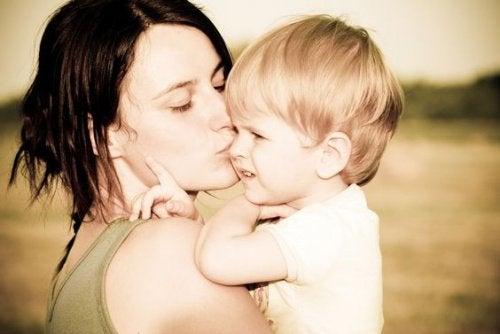 Mama całuje dziecko zamiast krzyczeć na dzieci