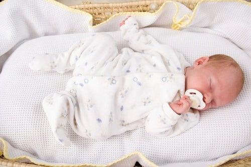 Pozycja do spania – jaka jest najlepsza dla małych dzieci?