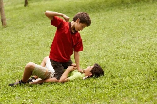 bójka - ataki przemocy rówieśników na Twoim dziecku