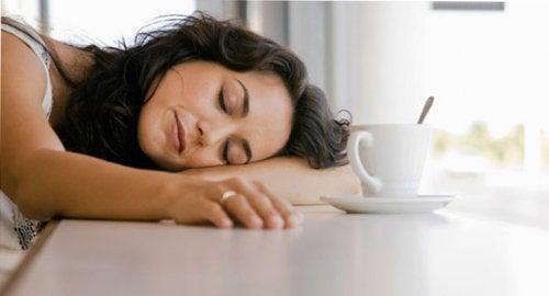Wyczerpanie - matka przy kawie