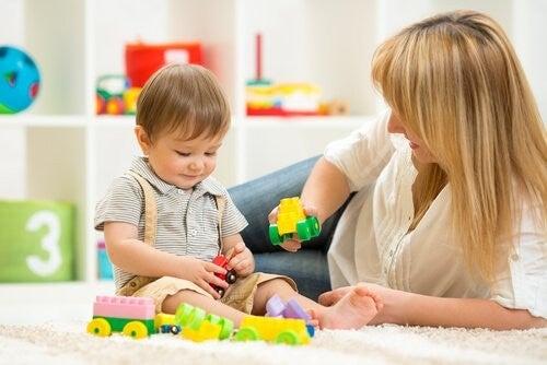Dziecko bawi się z mamą - etap rozwoju dziecka wg Piageta