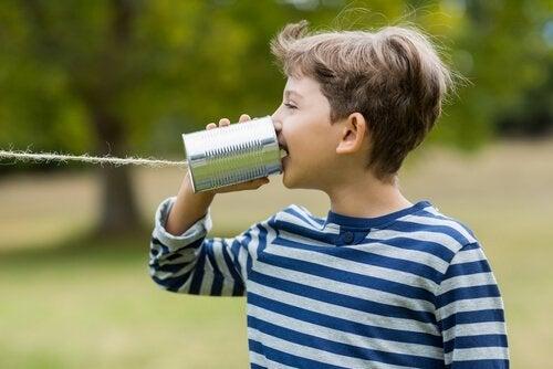 Chłopiec bawiący się sam na podwórku