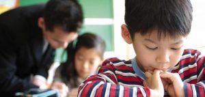 Chłopiec w japońskiej szkole