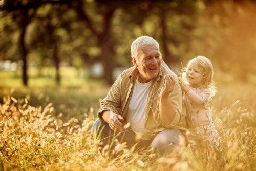 Dziadek z wnuczką na łące
