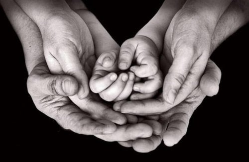 Dziadkowie, rodzice, i wnuki łączą dłonie