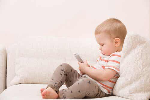 Dzieci nie powinny używać smartfonów – 8 powodów