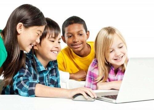 Dzieci przy laptopie