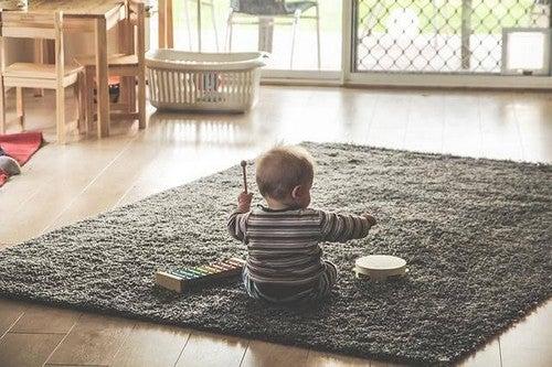 Dzieci rzucają rzeczami – dlaczego?