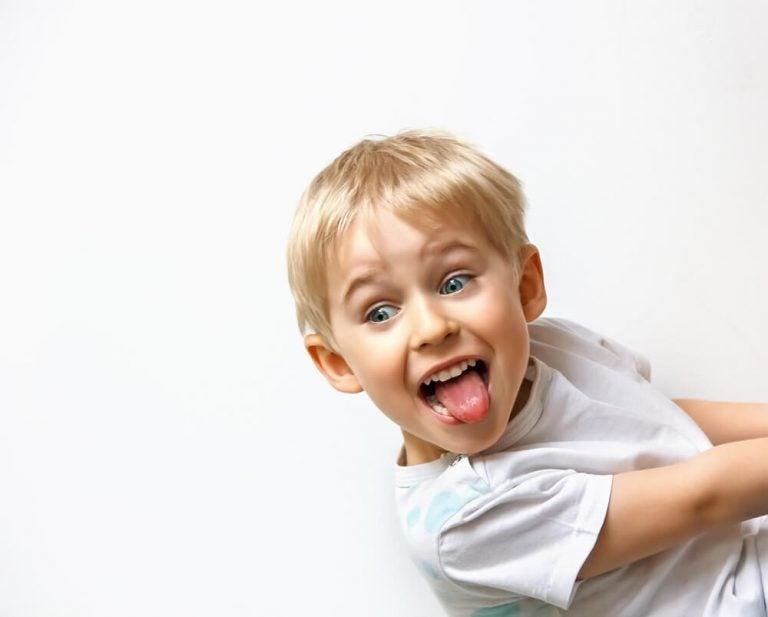 Dziecko pokazuje język