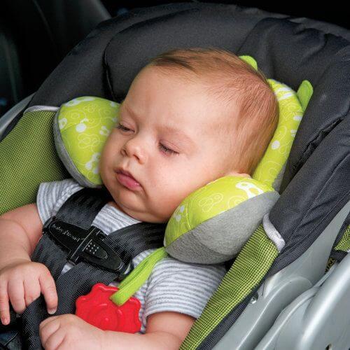 Usypianie dziecka w foteliku samochodowym – zły pomysł