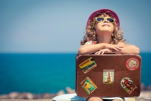 Dziecko na wakacjach z walizką