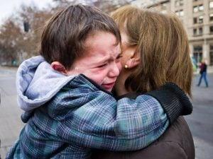 Chłopiec płacze obejmując mamę