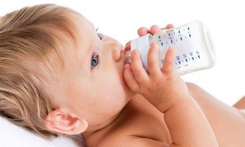 Woda dla dziecka poniżej 6. miesiąca życia – tak czy nie?