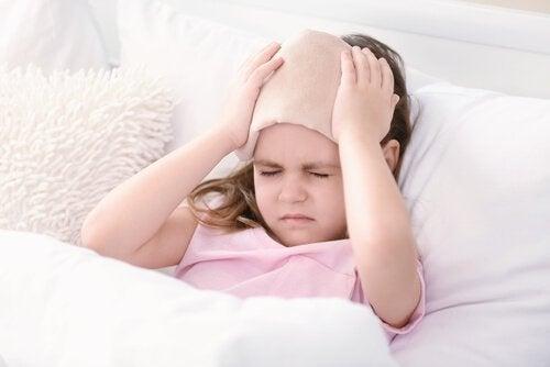 Uderzenie w głowę - dziecko trzymające kompres na głowie