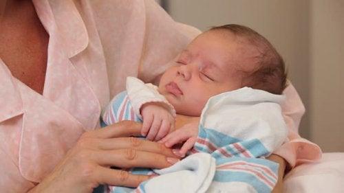 Dziecko w ramionach