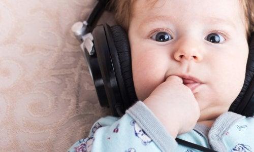 Dziecko w słuchawkach