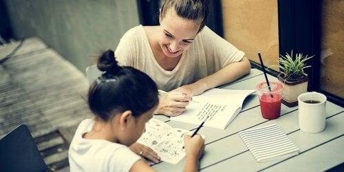 Gimnastyka umysłowa - dziewczynka i mama