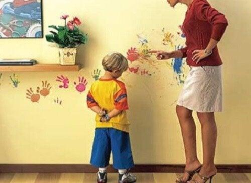 Grożenie dziecku - chłopiec karcony za rysunek na ścianie