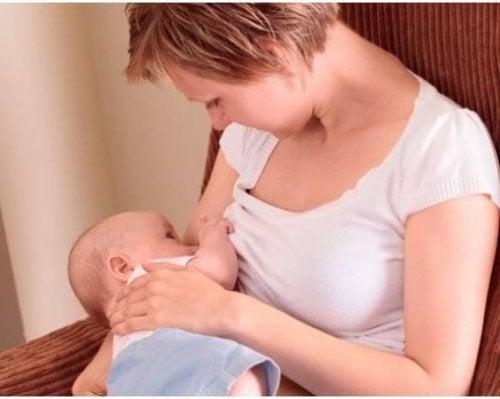 Kontakt wzrokowy podczas karmienia piersią – magiczna chwila