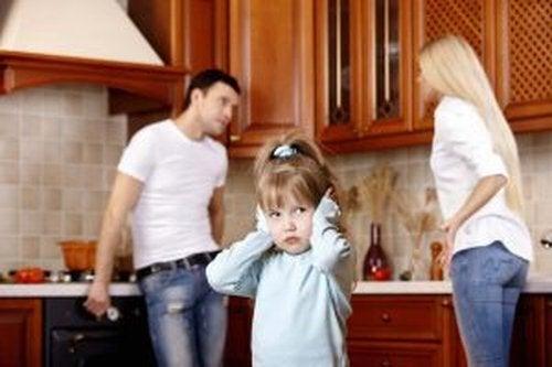 Zły nastrój rodziców wpływa na rozwój emocjonalny dziecka