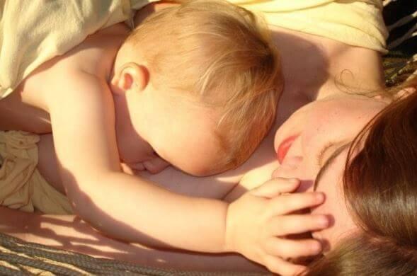 Dziecko śpiące z mamą