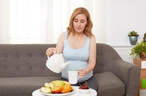Kobieta w ciąży i misa owoców