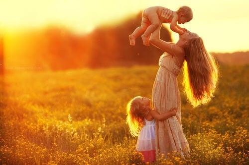 Mama bawi się z dziećmi
