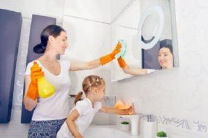 Mama z córką sprzątają dom