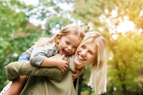 Mama i córka spędzają razem czas