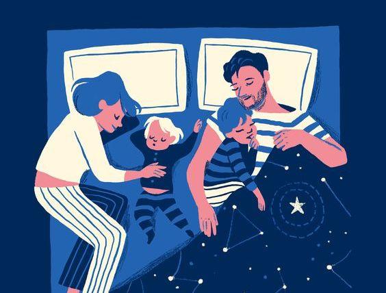 Mama i tata śpiący z dwójką dzieci