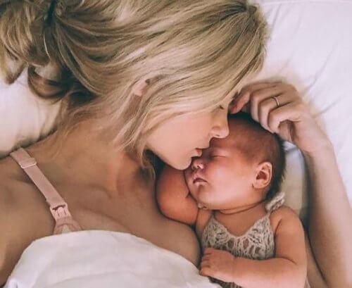 Mama śpi z dzieckiem w 4 miesiącu życia