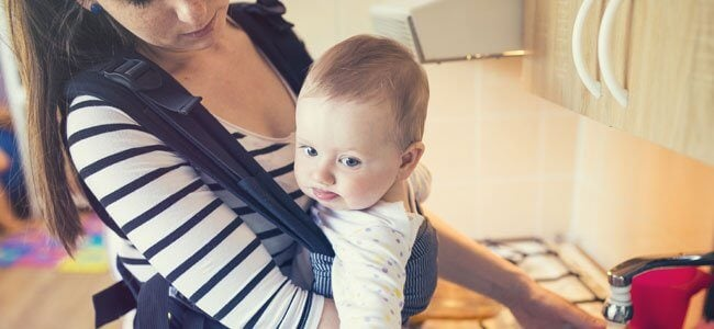 Mama z dzieckiem w nosidełku - ciało mamy to najlepsze schronienie dla dziecka