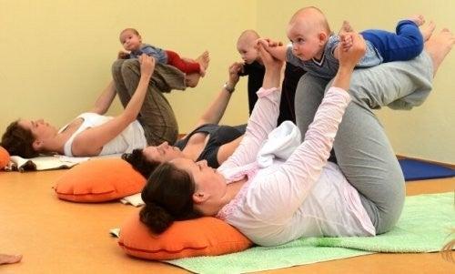 Mamy z dziećmi na zajęciach jogi