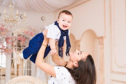 Mama podnosi dziecko na rękach