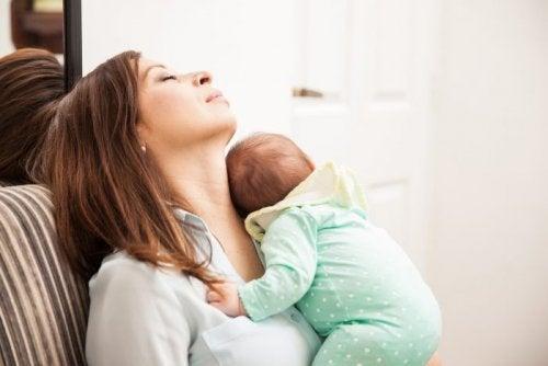 Matka śpiąca z dzieckiem na piersi