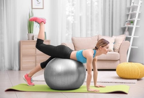 Kobieta ćwiczy by odzyskać figurę