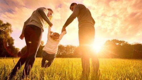 Rodzina na spacerze w parku