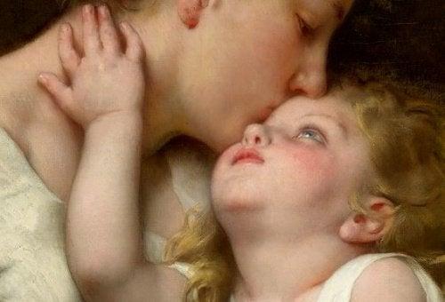 Rozpieszczanie - matka całuje dziecko