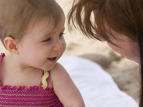 Śmiejące się dziecko z mamą
