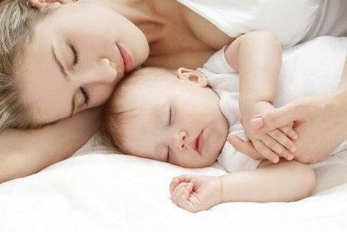 drzemka dziecka z mamą