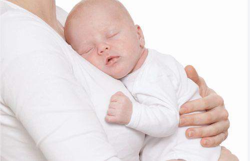 Sen niemowlaka - najlepszy, gdy mama jest tuż obok