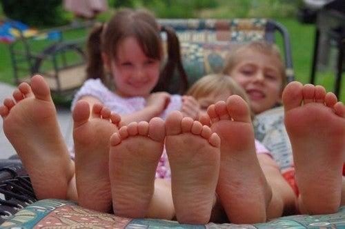 Chodzenie boso u dzieci – same zalety!