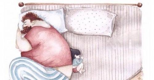 Tata śpi z córką w łózku